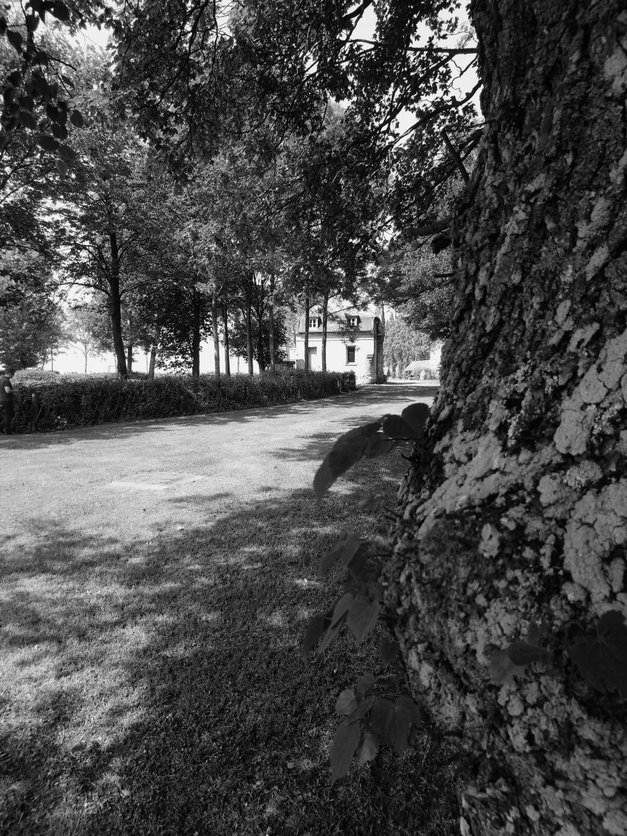 Ancienne-maison-du-gardien-ch�teau-de-Folleville-noir-et-blanc